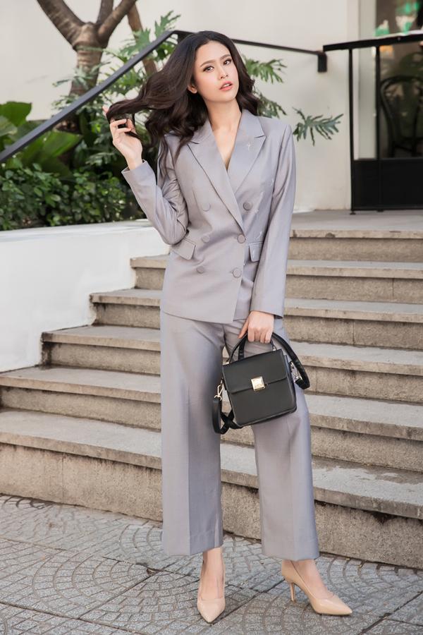Trương Quỳnh Anh vào vai nàng văn phòng sành điệu với mốt diện suit phom dáng rộng. Kiểu trang phục phù hợp với bạn gái có vóc dáng mảnh mai và yêu phong cách menswear.
