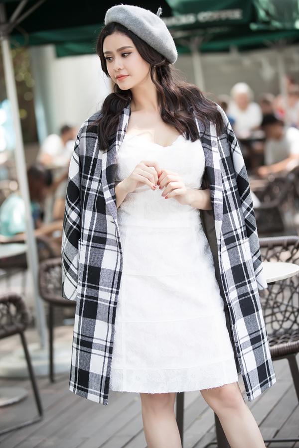 Cùng với trang phục in hoa lá mùa xuân, họa tiết kẻ sọc ca rô cũng là một trong những xu hướng thời trang được ưa chuộng ở mùa mốt 2018.