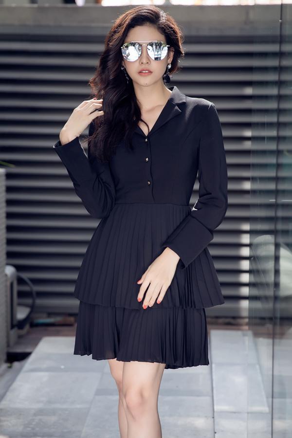 Váy cổ sở mi phảng phất hơi thở cổ điển cũng được cải tiến về phom dáng với cách kết hợp phần thân dưới dập ly nhằm mang tới nét trẻ trung cho người mặc.