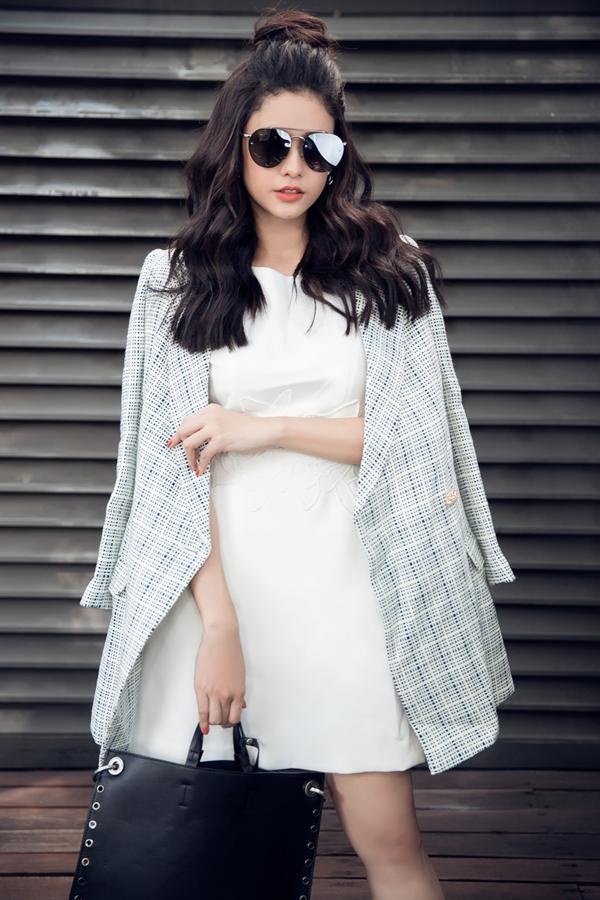 Đảm nhận vai trò người mẫu trong bộ ảnh thời trang công sở, Trương Quỳnh Anh hy vọng sự lựa chọn của mình sẽ mang tới những gợi ý thú vị trong việc chọn váy áo có tông màu và hoa văn hài hòa với xu hướng thịnh hành.