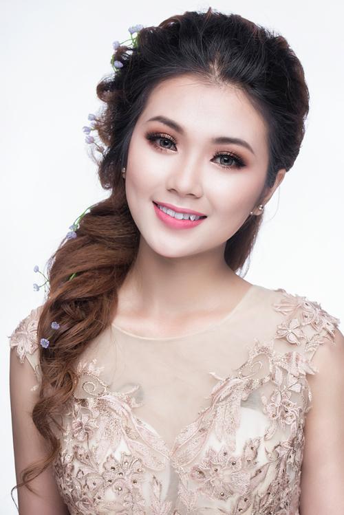 Với đôi mắt được đánh kiểu nhấn nhẹ tông nâu, kết hợp với màu vàng da ánh nhũ, cô dâu có thể sử dụng son môi hồng cho tiệc cưới ban ngày. Ưu điểm của kiểu trang điểm này là nét thanh lịch, dịu dàng.