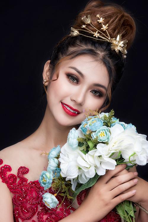 3. Son môi đỏ đậm: Những màu sắc đậm sẽ giúp cô dâu không bị mờ nhạt trong tiệc cưới buổi tối khi xung quanh tràn ngập ánh đèn, nến. Màu đậm phù hợp với hầu hết mọi sắc độ của da nên hầu như cô dâu nào cũng có thể sử dụng.