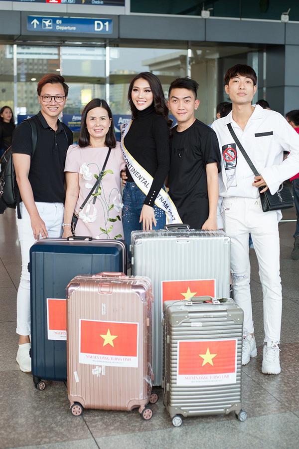 Tối 10/1, Hoa hậu Tường Linh có mặt tại sân bay Tân Sơn Nhất (TP HCM) để đi Ai Cập dự thi Hoa hậu Liên lục địa 2017. Mẹ và êkíp ra tiễn cô.