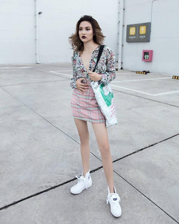 Cô nàng nấm lùn Fung La luôn thông minh trong việc giúp mình ăn gian chiều cao khi lựa chọn các kiểu chân váy ngắn kết hợp cùng nhiều kiểu áo sơ mi, áo thun hoạ tiết bắt mắt.