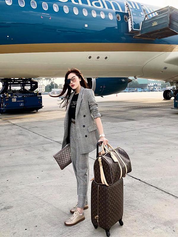 Sự trở lại của phong cách thời trang thập niên 1980 đã làm sống dậy xu hướng ca rô tưởng chừng đã nguội tắt. In đậm dấu ấn cho phong cách này là các kiểu áo plaid blazer thanh lịch. Hoa hậu Kỳ Duyên chọn nguyên bộ suit hợp mốt để bắt nhịp cùng cơn sốt mới.