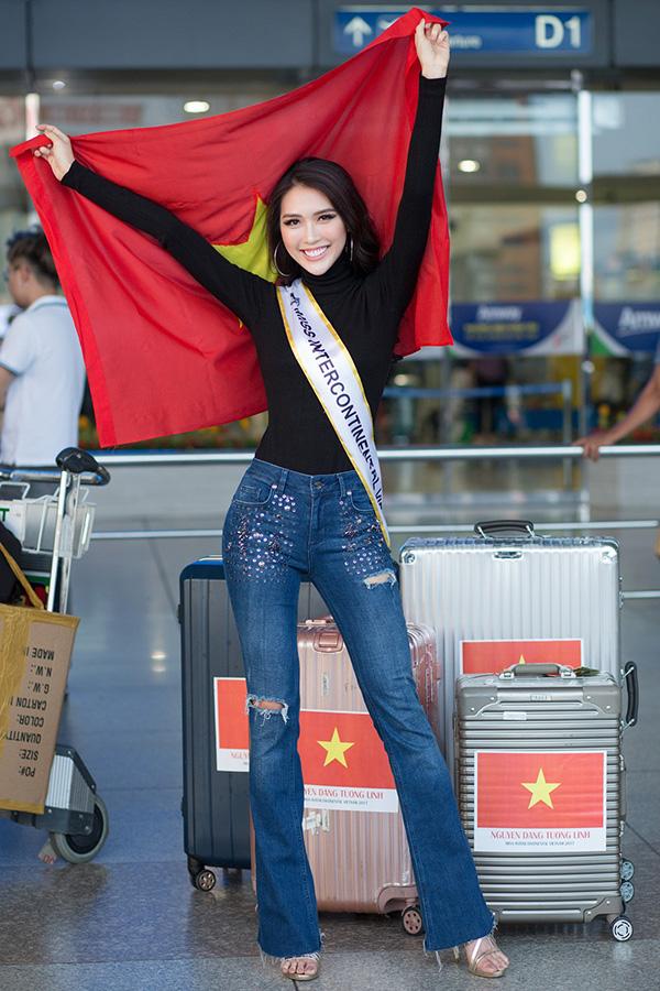 Tường Linh không quên mang theo cờ tổ quốc, bày tỏ sự quyết tâm tại cuộc thi này. Cô đặt mục tiêu phải vào đến top 5.