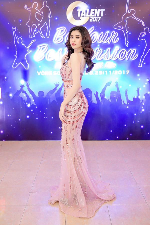 Nữ ca sĩ nhận được nhiều lời khen có cánh vì ngày càng xinh đẹp và gợi cảm hơn bao giờ hết.