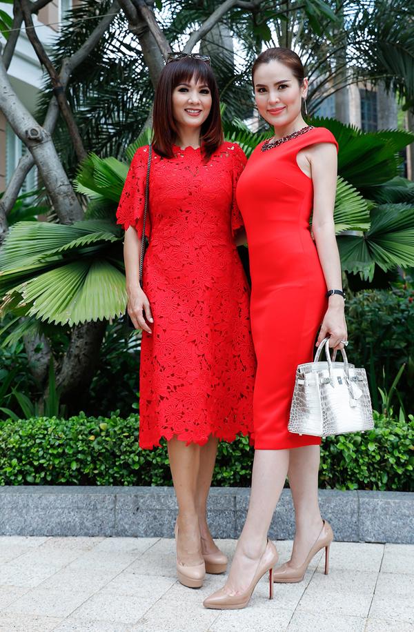 Hoa hậu Quý bà Hòa bình Thế giới 2017 Phương Lê cũng đã ba lần sinh nở nhưng vẫn giữ được vóc dáng lý tưởng. Cô xách túi da cá sấu tiền tỷ, rạng rỡ chụp ảnh cùng đàn chị Kiều Khanh.