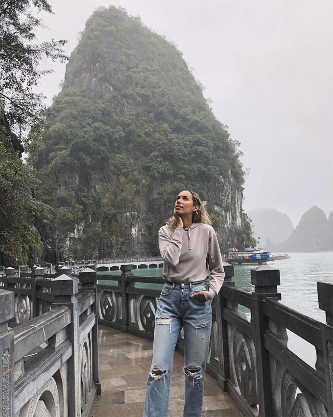 Quán quân X Factor 2006 hạnh phúc khi đã đặt chân tới một trong 7 kỳ quan thiên nhiên của thế giới. Leona tiết lộ thêm rằng, Hạ Long là kỳ quan thứ 6 cô đã đến thăm.