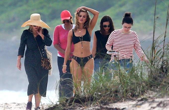 Rosie Huntington-Whiteley thay bộ bikini khác để chụp hình.
