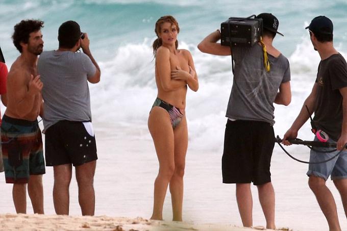 Buổi chụp hình diễn ra vào sáng sớm hôm 9/1 tại đảo Bahamas ở Caribbe. Rosie Huntington-Whiteley chỉ vừa trở lại với công việc sau 6 tháng sinh con đầu lòng.