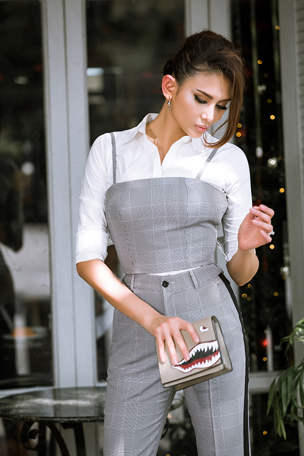 Với mục đích hay đổi phong cách đểmang tới làn gió tươi mới cho các bộ ảnh thời trang, Võ Hoàng Yến đã chọn áo hai dây, quần kẻ sọc ca rô để phối hợp cùng kiểu áo sơ mi quen thuộc của các nàng công sở.