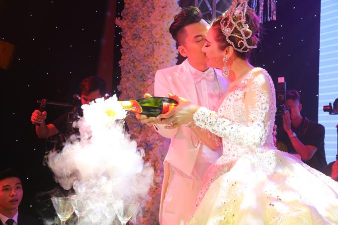 Khoảnh khắc ngọt ngào khi cô dâu, chú rể rót rượu sâm banh.