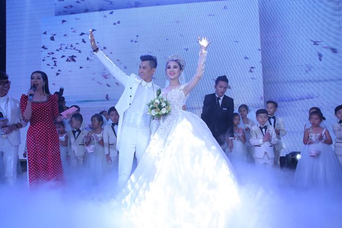 Lâm Khánh Chi rất vui vì đông đảo bạn bè, nghệ sĩ thân thiết tới chúc phúc cho vợ chồng cô.