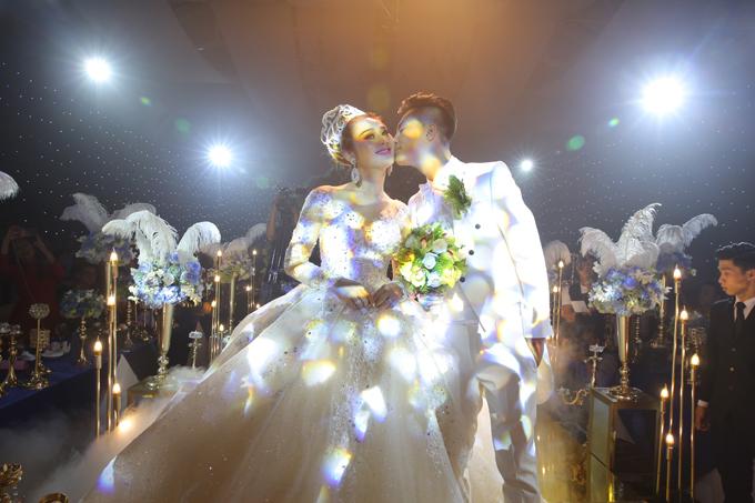 Anh Trần Phi Hùng âu yếm hôn má vợ yêu.