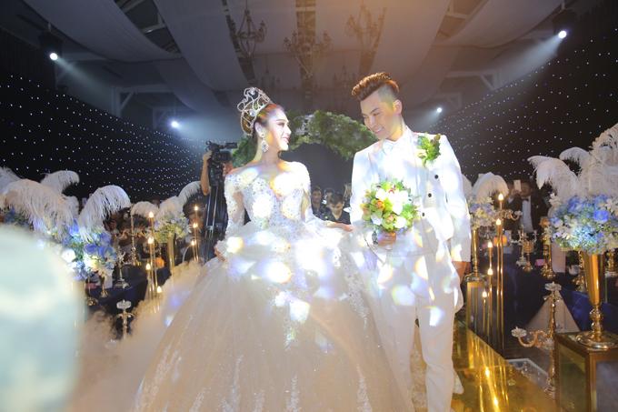 Tân lang tân nương tiến lên sân khấuthực hiện nghi thức quen thuộc trong đám cưới.