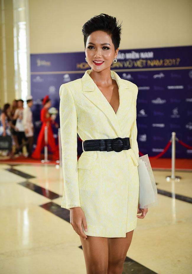 Loạt váy áo giúp HHen Niê tỏa sáng tại Hoa hậu hoàn vũ Việt Nam 2017 - 1