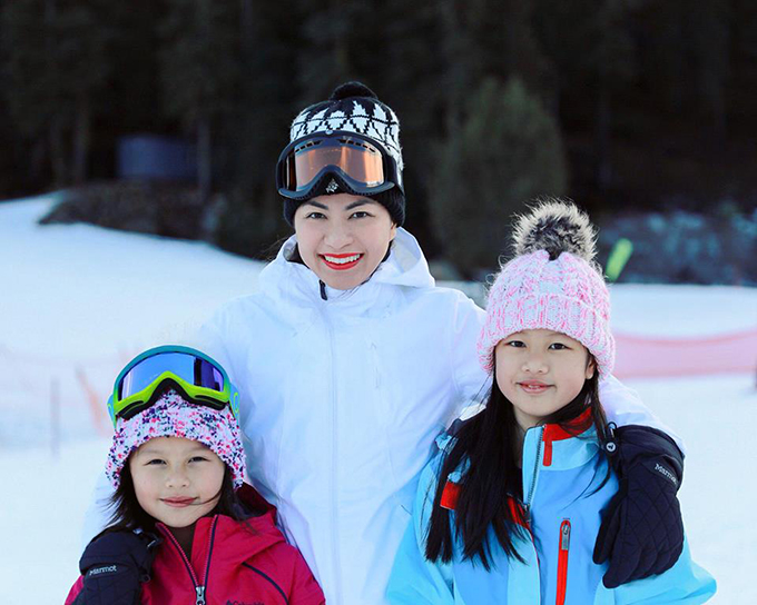 Cựu siêu mẫu Ngọc Thuý đưa hai con gái đi trượt tuyết. Gia đình đã có những giây phút ý nghĩa bên nhau.
