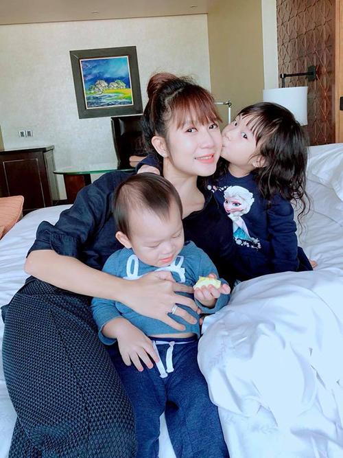 Minh Hà, bà xã Lý Hải, chia sẻ: Lâu lâu ra ngoài ở một hôm, bọn trẻ có vẻ rất khoái chí. Đi đâu, làm gì cũng được miễn là cùng nhau.