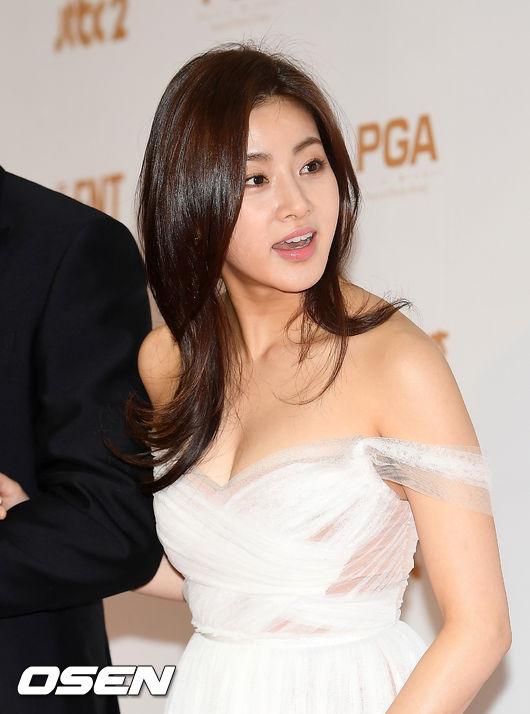 Tình cũ của Hyun Bin ngực đầy gợi cảm trên thảm đỏ - 1