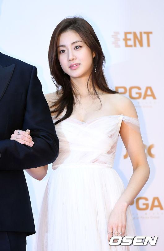 Người mẫu, diễn viên Kang Sora khoe sắc gợi cảm khi tham dự Giải thưởng Đĩa vàng lần thứ 32 (32nd Golden Disk Awards) tổ chức chiều nay 11/1 tạiGyeonggi - do. Tình cũ của Hyun Bin diện đầm dài trễ vai và để lộ vòng một lấp ló.