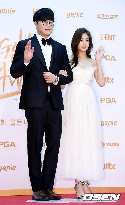 Tình cũ của Hyun Bin ngực đầy gợi cảm trên thảm đỏ - 4