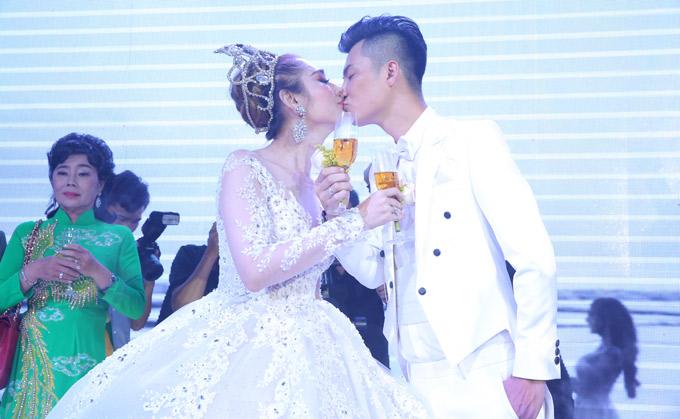 Lâm Khánh Chi say đắm khóa môi chồng trẻ điển trai, kém cô 8 tuổi.