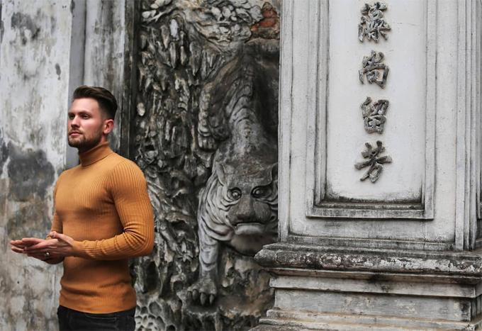 Trong một bức ảnh check-in Hà Nội, bạn trai Leona chia sẻ: Khám phá Hà Nội hôm nay. Đó là một trung tâm sôi động và đa dạng với ảnh hưởng của rất nhiều nền văn hóa: Pháp, Trung Quốc và Nga hòa trộn với văn hóa truyền thống của Việt Nam - một nơi độc nhất vô nhị.