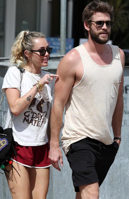 Miley và Liam rời nhà hàng ở Queensland vào trưa nay.