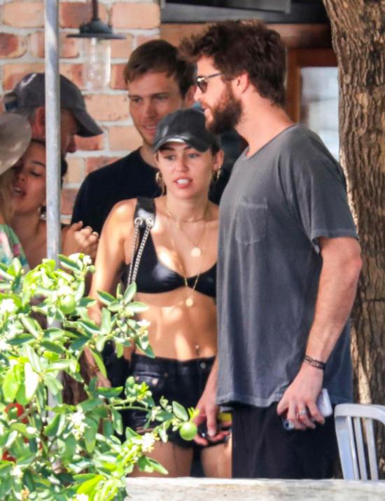 Miley cyrus đã theo Liam Hemsworth về Australia từ đầu năm và trải qua kỳ nghỉ dài tại đây. Trưa 10/1, cặp sao được trông thấy đi ăn trưa cùng bạn bè, người thân của Liam tại một nhà hàng ở vịnh Byron.