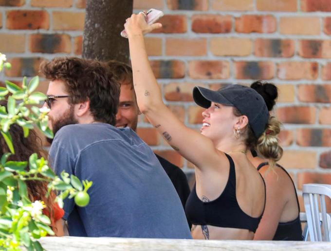 Miley có tâm trạng phơi phới trong kỳ nghỉ nắng ấm ở quê chồng sắp cưới. Cô chụp ảnh selfie ghi lại những khoảnh khắc vui vẻ bên bạn bè.