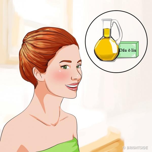 Ủ tóc với dầu ô liuSau khi gội đầu, lấy một chút dầu ô liu ra tay, thoa đều lên ngọn tóc, ủ trong 10 phút rồi xả sạch. Dầu ô liu giàu chất chống oxy hóa và dưỡng chất tự nhiên, giúp tóc sáng bóng và mềm mại hơn.