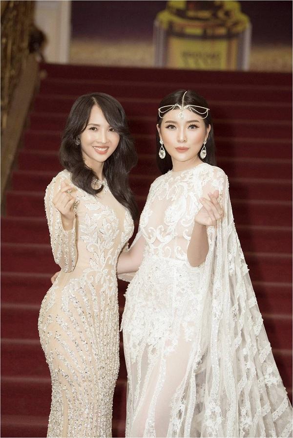 Như Thảo đọ dáng cùng diễn viên Cao Thái Hà tại sự kiện. Cả hai đều chọn những thiết kế tôn dáng củaĐức Vincie. Cách mix match phụ kiện giúp Thái Hà toát lên nét sang trọng, quyền quý.