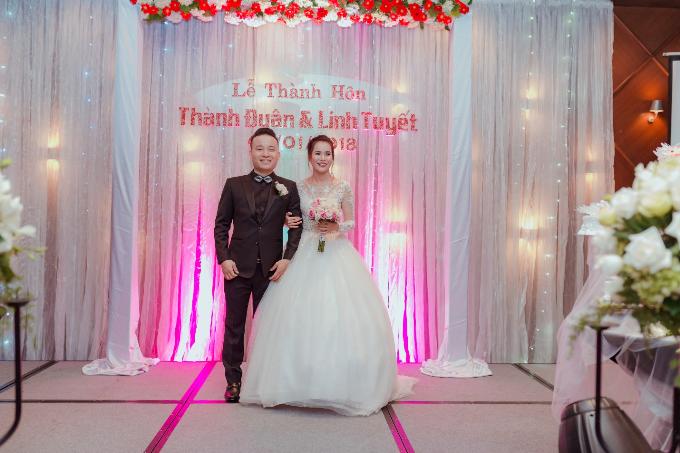 Ngày 6/1, ca sĩ Linh Tuyết và ông xã Thành Luân đãi tiệc tại khách sạn sang trọng New Wold - Sài Gòn với hơn 200 khách mời. Giọng ca Sao Mai nở nụ cườihạnh phúc khi tìm được bến đỗ bình yên bên ông xã doanh nhân điển trai, tài giỏi và hết mực yêu chiều.