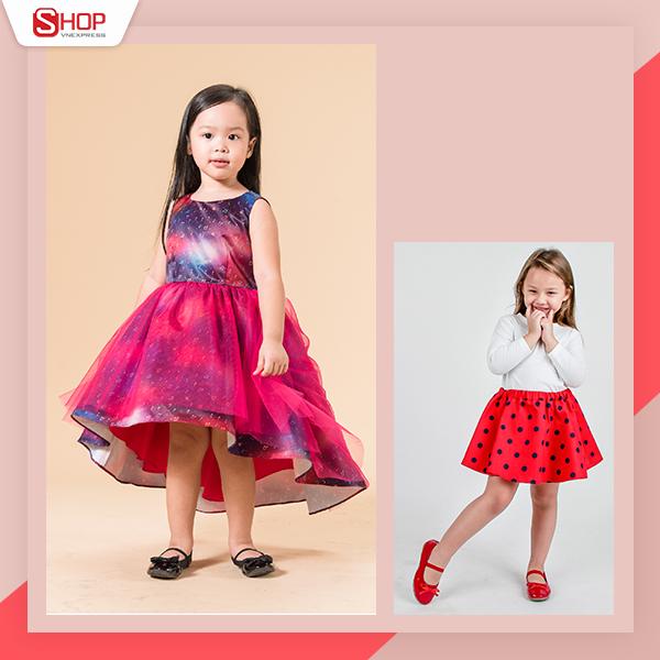 Với bé gái, váy xòe mang hơi hướng hoạt hình và lộng lẫy như công chúa luôn được yêu thích. Đây là lúc cha mẹ ghi lại những khoảnh khắc đáng yêu của bé với những bộ trang phục nổi bật. Các mẹ có thể diện cho bé váy len mỏng dáng dài kết hợp giày thể thao, hoặc váy rời đi cùng áo pull thời trang và giày búp bê.