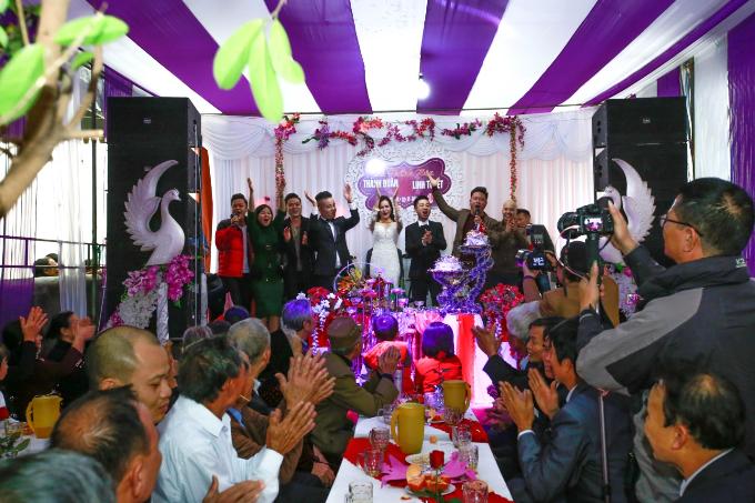 Tiệc cưới tại quê nhà diễn ra trong không khíấm cúng với hơn 1.200 bạn bè, người thân. Linh Tuyết được biết đến là giọng dân ca ngọt ngào xứ Nghệ Tĩnh. Cô từng đoạt Quán quân Tiếng hát truyền hình 2015, giải nhất dòng nhạc Dân gian khu vực miền Trung Tây Nguyên, Top 9 chung kết Sao Mai toàn quốc 2017... Hiện tại, người đẹp thường xuyên lưu diễn trong và ngoài nước. Sau đám cưới, vợ chồng cô sẽ tập trung phát triển sự nghiệp tại Sài Gòn.