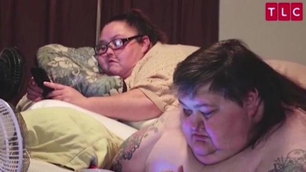 Đôi tình nhân từng nằm một chỗ trên giường, phải nhờ em gái Lee chăm sóc. Ảnh: TLC