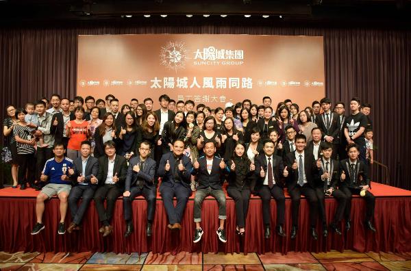 Alvin Chau cùng các thành viên công ty trong một buổi lễ.