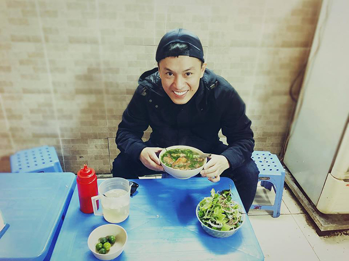 Lam Trường thích thú cám nhận cái lạnh ở Hà Nội. Anh viết: Lang thang Hà Nội mùa này thích thiệt, lạnh lạnh nên cần 1 cái áo khoác là rất dễ chịu.. Lam Truong P/sNgày thứ 3 ăn bánh đa cá rồi.