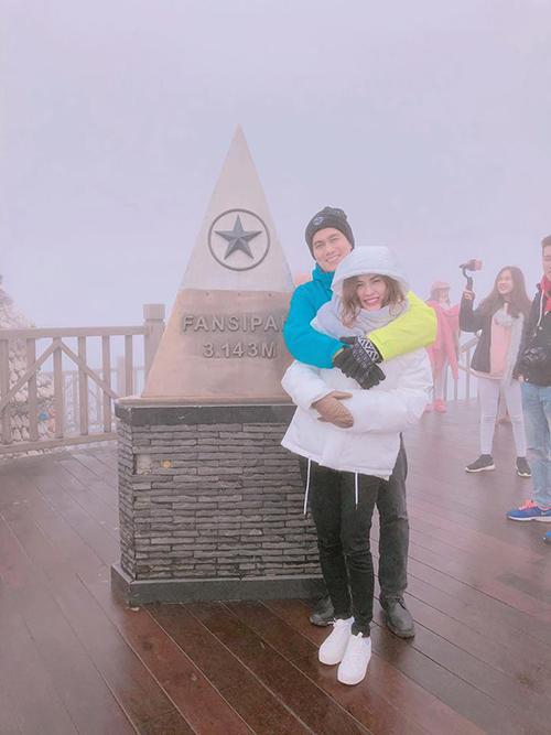 Việt Anh tình tứ ôm vợ trên đỉnh Fansipan (Lào Cai).