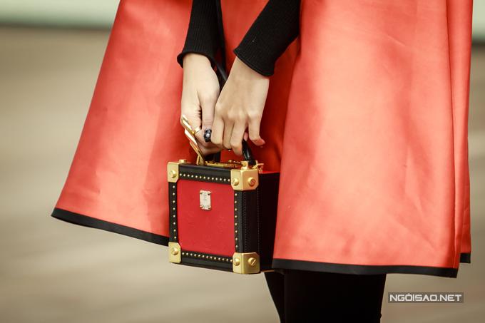Cô khoe khéo chiếc túi hiệu đắt đỏ tại sự kiện hôm qua. Á hậu vốn là một tín đồ hàng hiệu khi sở hữunhiều túi xách, giày dép, đồng hồ của các thương hiệu nổi tiếng trên thế giới.
