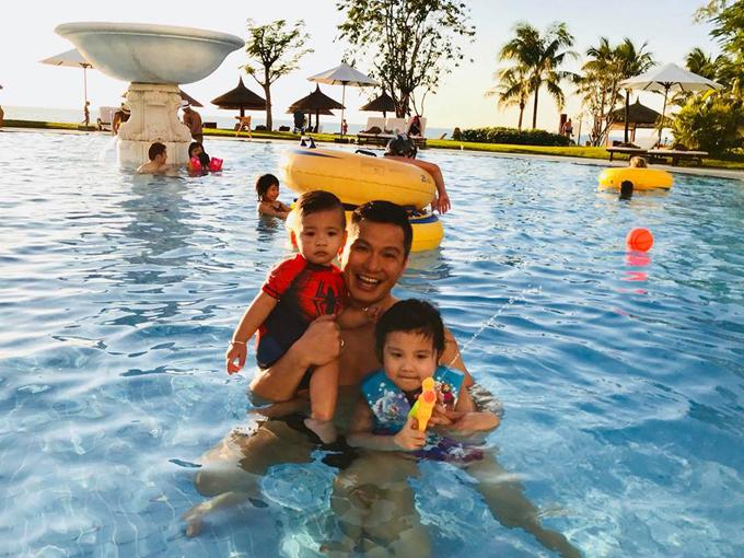 Hoa hậu chia sẻ, hai bé Na và Nu đặc biệt thích nước, liên tục đòi xuống bể bơi. Ông xã cô - doanh nhân Đức Hải luôn phải canh chừng hai nhóc tỳ.