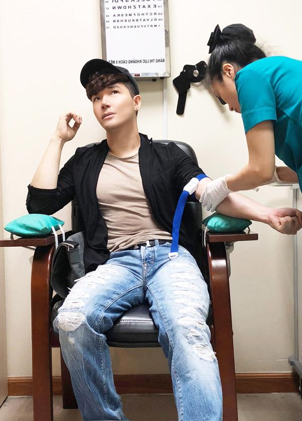 Trước khi tháp tùng Phương Mai dự sự kiện, Nathan Lee phải vào viện kiểm tra sức khỏe, lấy máu để xét nghiệm.