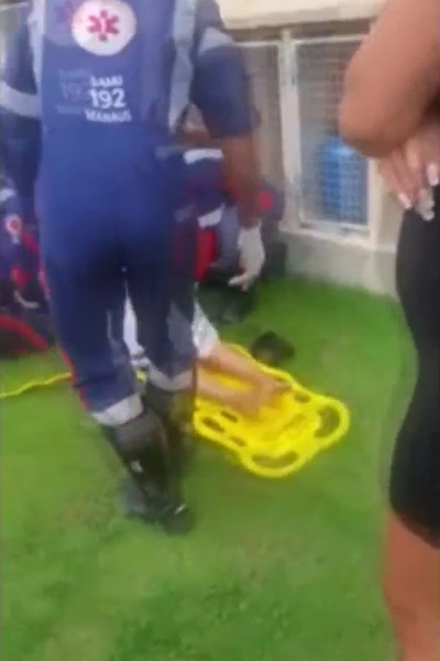Các nhân viên y tế đưa Taiane lên cáng để tới bệnh viện. Ảnh: Focus on News