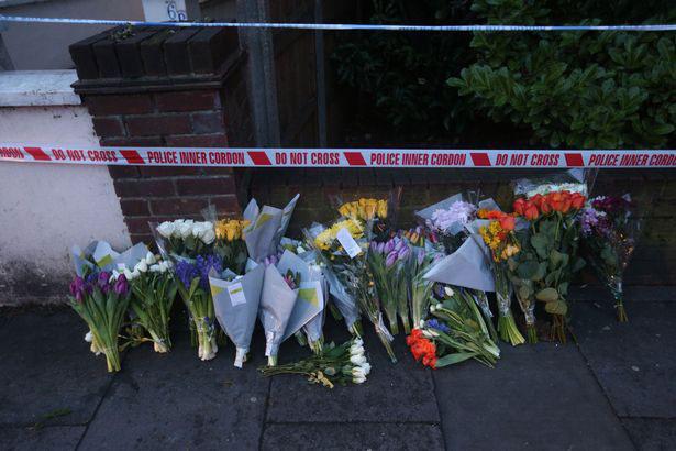 Người hâm mộ đặt hoa tưởng nhớ Harry Uzoka nơi anh bị sát hại.