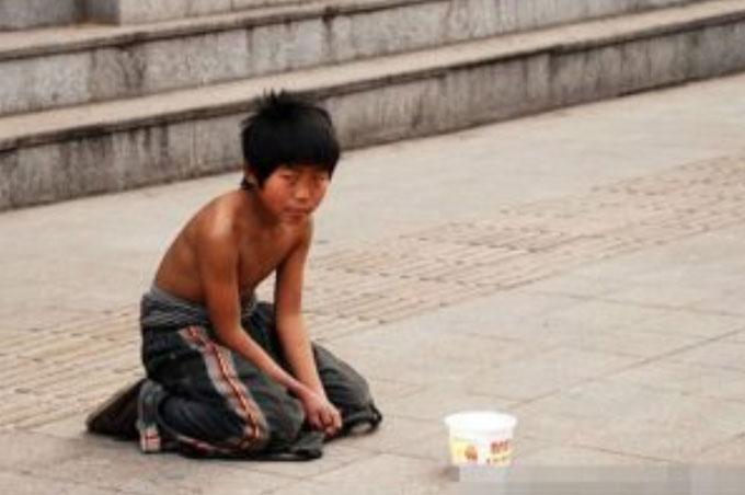 Chàng trai từng làm nghề ăn xin trở thành triệu phú tìm về báo đáp ân nhân - ảnh 1