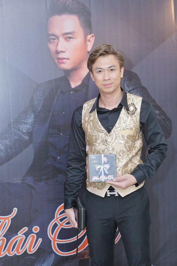 Hồ Việt Trung bất ngờ khi biết Hàn Thái Tú không ra album online mà chỉ phát hành sản phẩm mới dưới dạng đĩa nhạcnhư cách đây nhiều năm.