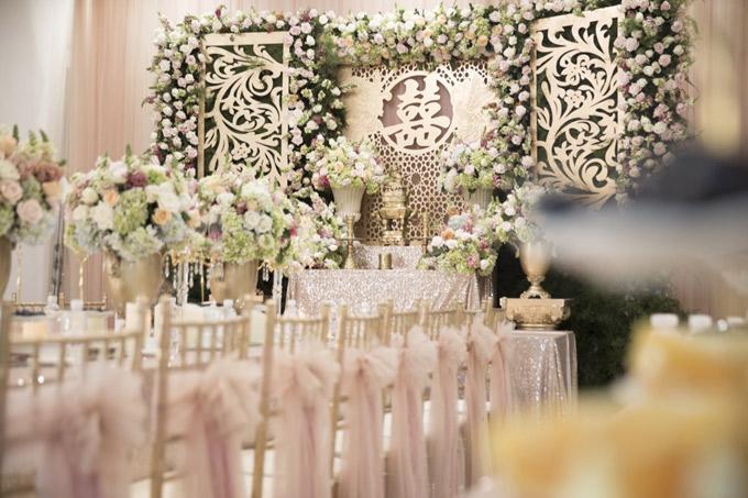 Nhà gái trang hoàng lộng lẫy theo tông màu trắng và hồng trong lễ cưới.