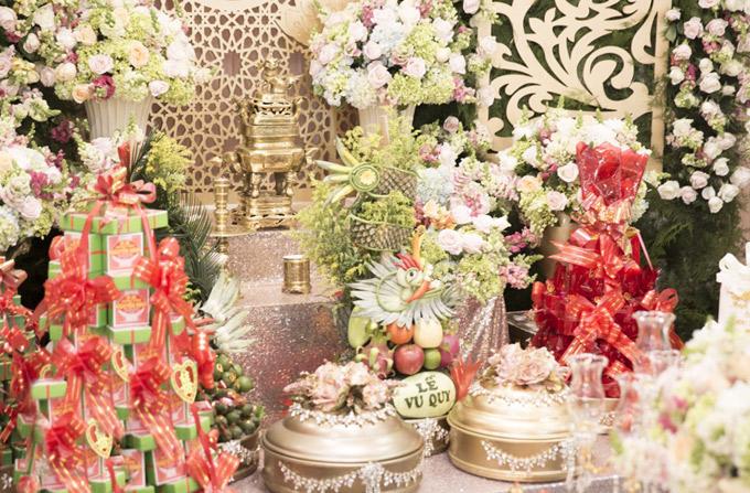 Bàn thờ gia tiên nhà Ngọc Duyên xếp đầy lễ vật họ nhà trai mang tới.