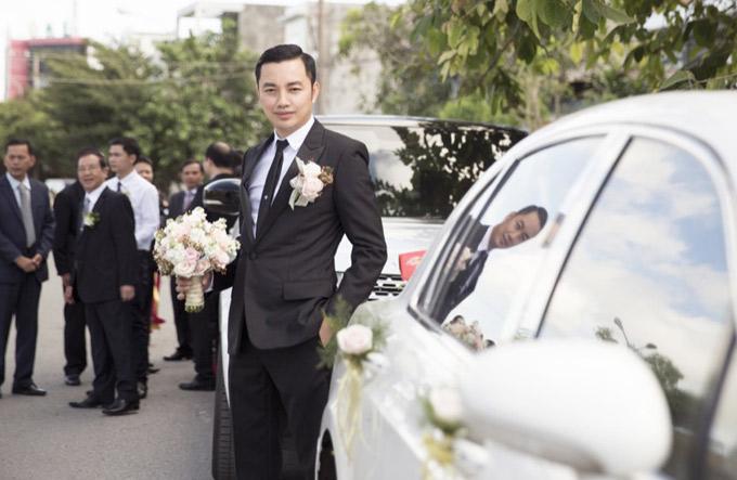 Chú rể Đỗ Anh Tuấn tớirước cô dâu bằng xe hoa màu trắng.